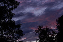 Cielo azul con las nubes hermosas Imagen de archivo