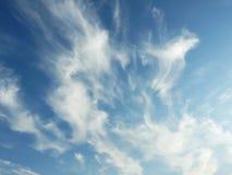Cielo azul con las nubes hermosas Imagen de archivo libre de regalías