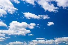 Cielo azul con las nubes hinchadas Imágenes de archivo libres de regalías