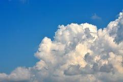 Cielo azul con las nubes hinchadas foto de archivo libre de regalías