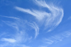 Cielo azul con las nubes ligeras Imágenes de archivo libres de regalías