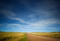 Cielo sobre el camino y campos Foto de archivo libre de regalías