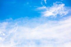 Cielo azul con las nubes mullidas Imagenes de archivo