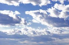 Cielo azul con las nubes mullidas Imágenes de archivo libres de regalías