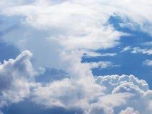 Cielo azul con las nubes mullidas blancas fotografía de archivo libre de regalías