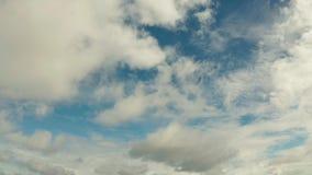 Cielo azul con las nubes, paisaje aéreo metrajes