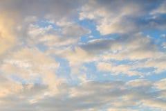 Cielo azul con las nubes que reflejan The Sun fotografía de archivo libre de regalías