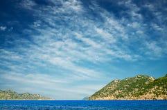 Cielo azul con las nubes y el mar maravilloso. Fotografía de archivo