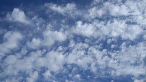 Cielo azul con las nubes y el sol Imágenes de archivo libres de regalías