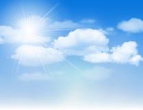 Cielo azul con las nubes y el sol.