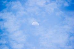 Cielo azul con las nubes y la luna Fotos de archivo