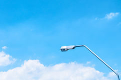 Cielo azul con las nubes y la luz de calle Imagen de archivo libre de regalías