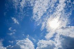 Cielo azul con las nubes y la reflexión del sol Sun brilla brillante en el d3ia en verano Imagen de archivo