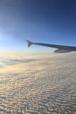 Cielo azul con las nubes y los aeroplanos Fotos de archivo libres de regalías