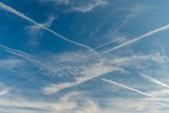 Cielo azul con las nubes y los rastros del aeroplano Composición hermosa de la naturaleza del fondo Imagen de archivo libre de regalías