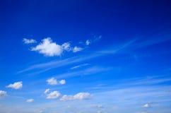 Cielo azul con las pequeñas nubes Imagen de archivo libre de regalías