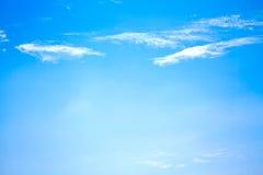 Cielo azul con las pequeñas nubes Imágenes de archivo libres de regalías