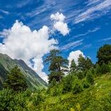 Cielo azul con un cirro y las nubes de cúmulo Foto de archivo