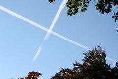 Cielo azul cruzado Imágenes de archivo libres de regalías