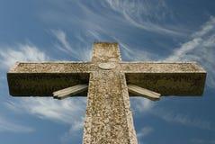 Cielo azul cruzado resistido y nubes wispy Imagen de archivo libre de regalías