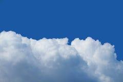 Cielo azul cubierto con las nubes Conveniente para los fondos Imagen de archivo