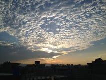 Cielo azul de cielo de la subida del sol de la mañana Fotos de archivo