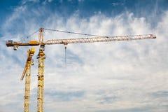 Cielo azul de grúa de la construcción Foto de archivo libre de regalías