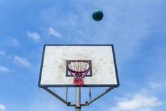 Cielo azul de la bola del tablero del baloncesto Fotos de archivo libres de regalías