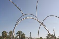 Cielo azul de la escultura de Onades (ondas) Imagenes de archivo