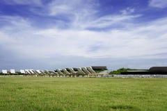 Cielo azul de la hierba y playa de la silla Imágenes de archivo libres de regalías