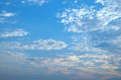 Cielo azul de la mañana Fotos de archivo
