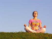 Cielo azul de la meditación de la muchacha Imagen de archivo libre de regalías