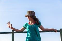 Cielo azul de la muchacha de las expresiones adolescentes del sombrero Imágenes de archivo libres de regalías