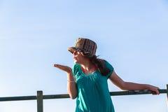 Cielo azul de la muchacha de las expresiones adolescentes del sombrero Fotos de archivo