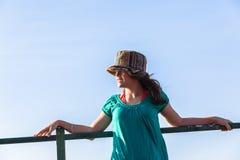 Cielo azul de la muchacha de las expresiones adolescentes del sombrero Imagen de archivo libre de regalías