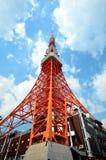 Cielo azul de la nube de la torre de Tokio Imagenes de archivo