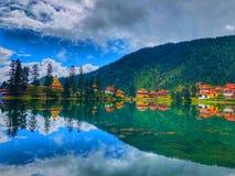 Cielo azul de la nube del templo de Tíbet Lago Cielo hermoso fotos de archivo libres de regalías