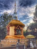 cielo azul de la pagoda del oro tailandés Foto de archivo libre de regalías