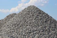 Cielo azul de la pila de la roca de la grava Fotografía de archivo