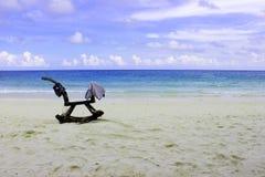 Cielo azul de la playa con el caballo mecedora de madera Imagenes de archivo