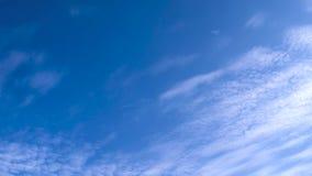 Cielo azul de la primavera con las nubes almacen de metraje de vídeo