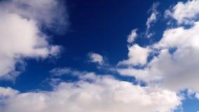 Cielo azul de la primavera con las nubes metrajes
