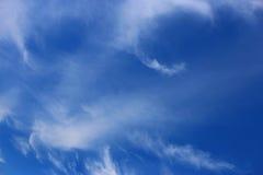 Cielo azul de la primavera y nubes veladas blancas Fotos de archivo libres de regalías