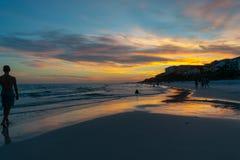 Cielo azul de la puesta del sol en la playa azul de la montaña Imagen de archivo libre de regalías