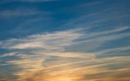 Cielo azul de la puesta del sol hermosa con las nubes Fotos de archivo