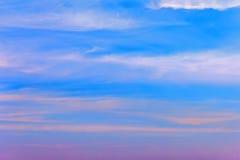 Cielo azul de la tarde hermosa Fotos de archivo