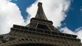 Cielo azul de la torre Eiffel con las nubes abajo al hyperlapse de la visión superior almacen de video