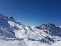 Cielo azul de las montañas del centro turístico de esquí Imagen de archivo libre de regalías