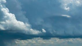 Cielo azul de las nubes blancas mullidas hinchadas que llueve el fondo del movimiento del lapso de tiempo Nubes que forman en cie almacen de metraje de vídeo