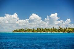 Cielo azul de las nubes mullidas blancas sobre una superficie del mar del Caribe Imagen de archivo